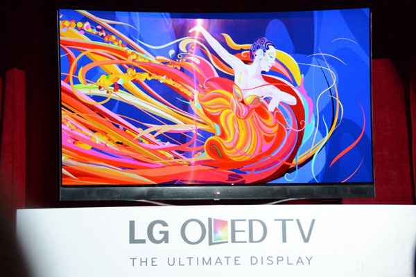LG and Samsung Reveal Flexible TVs at CES 2014 01