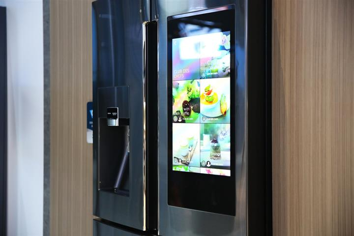 Samsung Smart Family Hub Fridge at CES 2016 01 (Custom)