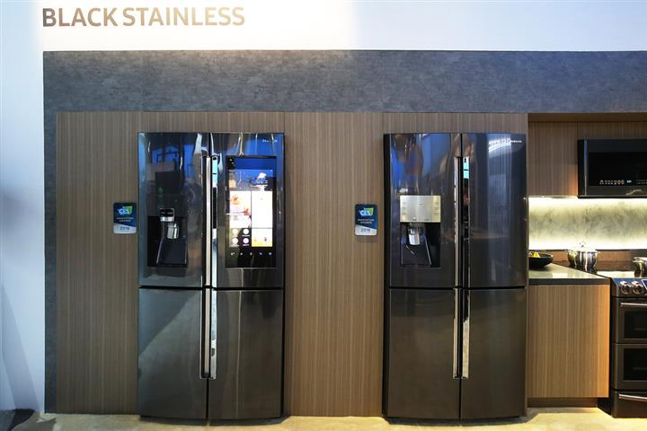 Samsung Smart Family Hub Fridge at CES 2016 02 (Custom)